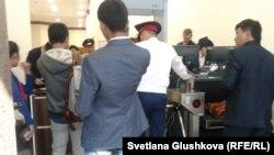 Парламент сессиясының ашылуына кіре алмаған бірнеше журналист ғимаратқа өткізетін орында тұр. Астана, 2 қыркүйек, 2014 жыл.