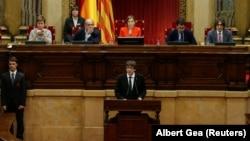 Каталония президенті Карлес Пучдемон (ортада) аймақ парламентінде сөйлеп тұр. Барселона, 10 қазан 2017 жыл.