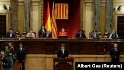 Президент Каталонии Карлес Пучдемон выступает в парламенте. Барселона, 10 октября 2017 года.