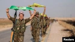 Luftëtarët kurdë duke i valviitur flamujt e tyre pas depërtimit kah vendbanimi Tal Abyad më 15 qershor të këtij viti