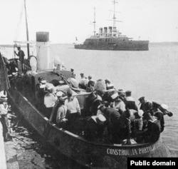 """Debarcarea marinarilor de pe crucișătorul """"Potiomkin"""", Constanța, iunie 1905"""
