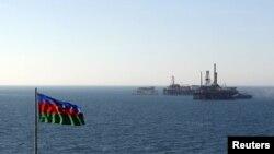 Каспий теңізіндегі әзербайжандық мұнай платформасы мен Әзербайжан туы