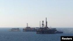 Нефтяные платформы в Каспийском море.