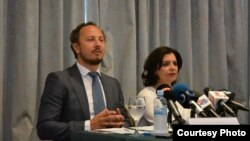 Марко Трошановски и Уранија Пировска ја презентираат надградената верзија на Предлогот на граѓанските организации за итни демократски реформи