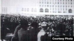 Билік шешіміне қарсылық білдіріп Брежнев атындағы алаңға шыққан қазақ жастары. Алматы, желтоқсан, 1986 жыл.