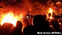 Демонстрант с бензопилой на баррикаде в Киеве