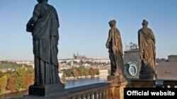 Vedere a Pragăi de pe terasa superioară a Operei Naționale (Narodni Divadlo)