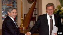 Министр финансов России Алексей Кудрин (справа) пообещал протянуть беднейшим странам руку помощи, скрепив обещание рукопожатием с президентом Всемирного банка Полом Вулфовицем