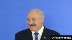 Alexander Lukashenka səs verəndən sonra mətbuat konfransı keçirir