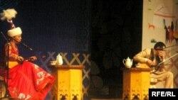 Сахнада айтыскер ақындар Айнұр Тұрсынбаева және Нұрмат Мансұров. Алматы, 21 наурыз 2010 жыл.