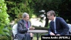 Еврокомесарот Јоханес Хан и претседателот на Србија Александар Вучиќ на средба во вилата Мир во Белград, 08.06.2017.