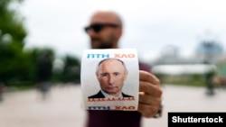 Мужчина с рулоном туалетной бумаги, на котором изображён президент России, Киев, май 2019 года