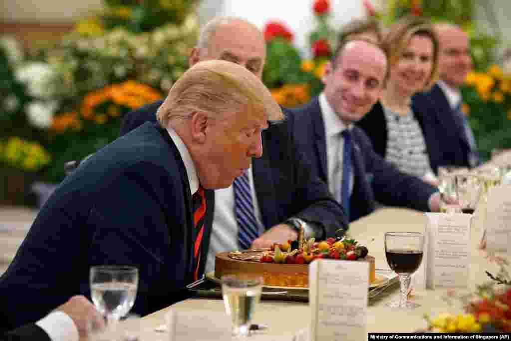 За день до встречи двух лидеров и за несколько дней до дня рождения Дональда Трампа сингапурские власти решили подарить американскому президенту праздничный торт, свечу на котором ему пришлось задуть и загадать желание.