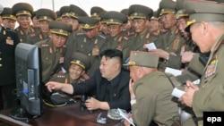 Түндүк Кореянын лидери Ким Чен Ын аскерлердин курчоосунда.