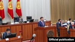 Премьер-министр Мухаммедкалый Абылгазиев парламентте отчет берип жаткан учур. 14-июнь, 2018-жыл.
