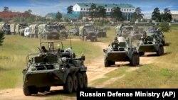 Илјадници возила и 300.000 руски, кинески и монголски војници учествуваат во најголемата воена вежба по Студената војна