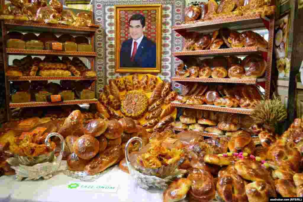 Prezident G.Berdimuhamedowyň çörek önümleriniň arasynda ýerledşirilen portreti