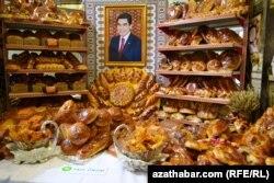 Портрет президента Туркменистана Гурбангулы Бердымухамедова посреди хлеба.