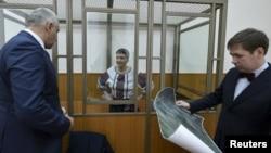 Надія Савченко і її адвокати Марк Фейгін (л) й Ілля Новіков у суді, Донецьк, Ростовська область Росії, 3 березня 2016 року