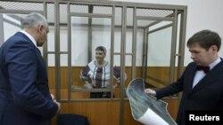Українська громадянка Надія Савченко разом з адвокатами Марком Фейгіним (ліворуч) та Іллею Новіковим під час засідання суду у Донецьку Ростовської області. 3 березня 2016 року