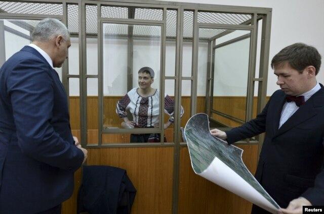 Надежда Савченко и ее адвокаты Марк Фейгин (слева) и Илья Новиков (справа) в суде