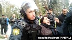 Ոստիկանությունը ձերբակալում է բողոքի ակցիայի մասնակցին, Բաքու, 26-ը հունվարի, 2013