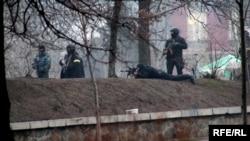Спецпризначенці з автоматами Калашникова і снайперською гвинтівкою ведуть вогонь по учасниках протесту. Київ, 20 лютого 2014 року