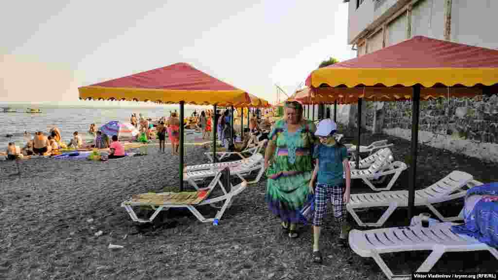 На пляж взрослые приходят вместе с детьми