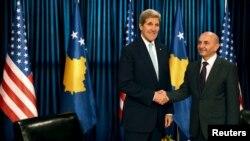 John Kerry i Isa Mustafa, fotografija sa prištinskog aerodroma, 2. decembar 2015.