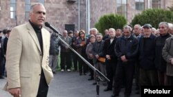 Armenia - Zharangutyun party leader Raffi Hovannisian addresses voters in Nor Hachn, 12Apr2012.
