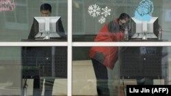 Пользователи Интернета в здании Google в Пекине.