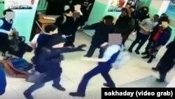 Кадр видеозаписи нападения группы школьников на ученика в Якутске