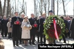 Возложение венков польскими представителями на месте катастрофы самолета Леха Качиньского в пятую годовщину трагедии, 10 апреля 2015