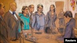 Сот залындағы Ахрор Сайдахметов (сол жақтан үшінші), оның соттағы аудармашысы (ортада) және Абдурасул Журабоев (оң жақтан үшінші) бейнеленген сурет. Нью-Йорк, 25 ақпан 2015 жыл.