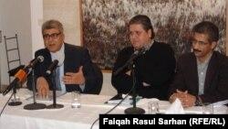 """الكاتب علي عبد الأمير (يسار) يتحدث في حفل توقيع كتابه """"حنين بغدادي"""""""