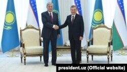Uzbek President Shavkat Mirziyoev (right) meets with his Kazakh counterpart Qasym-Zhomart Toqaev in Tashkent in April 2019