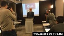 Узбекский оппозиционный политик Мухаммад Салих (в центре) проводит пресс-конференцию в Стамбуле. 3 октября 2017 года.
