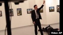 Мевлют Мерт Алтынташтың Түркиядағы Ресей елшісі Андрей Карловты атқан сәті түсірілген видеодан скриншот. 19 желтоқсан 2016 жыл.