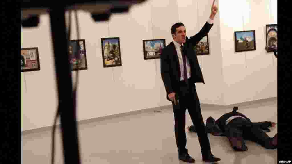 ТУРЦИЈА - Турски суд осуди пет лица на доживотен затвор поради атентатот врз рускиот амбасадор во Анкара кој се случи пред повеќе од четири години, објавија денеска државните медиуми. Амбасадорот Андреј Карлов беше застрелан од страна на полициски службеник кој не бил на должност, на отворање на изложба за фотографии во турската престолнина во декември 2016 година.
