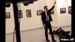 Вооруженный пистолетом мужчина, стрелявший в посла России в Турции. Скриншот видео.