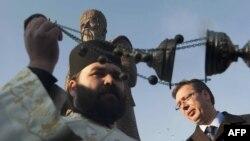 Vučić pored spomenika kralju Milutinu