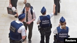 Бельгийские полицейские стоят на центральной станции в Брюсселе. 21 июня 2017 года.