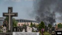 Дим над цвинтарем неподалік міжнародного аеропорту Донецька, 26 травня 2014 року