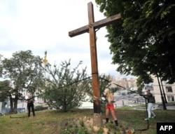 Активистки группы FEMEN спиливают крест в центре Киева