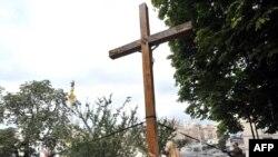 Активістка FEMEN готується до повалення хреста, 17 серпня 2012 року