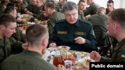 Президент України Петро Порошенко під час візиту до Національної академії Національної гвардії України. Харків, березень 2015 року