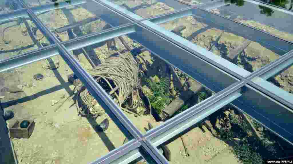 Перед входом до вежі під склом – розкопаний оборонний рубіж. Видно ядра, кошики, дерев'яні балки. У своєрідній теплиці проросло оцтове дерево