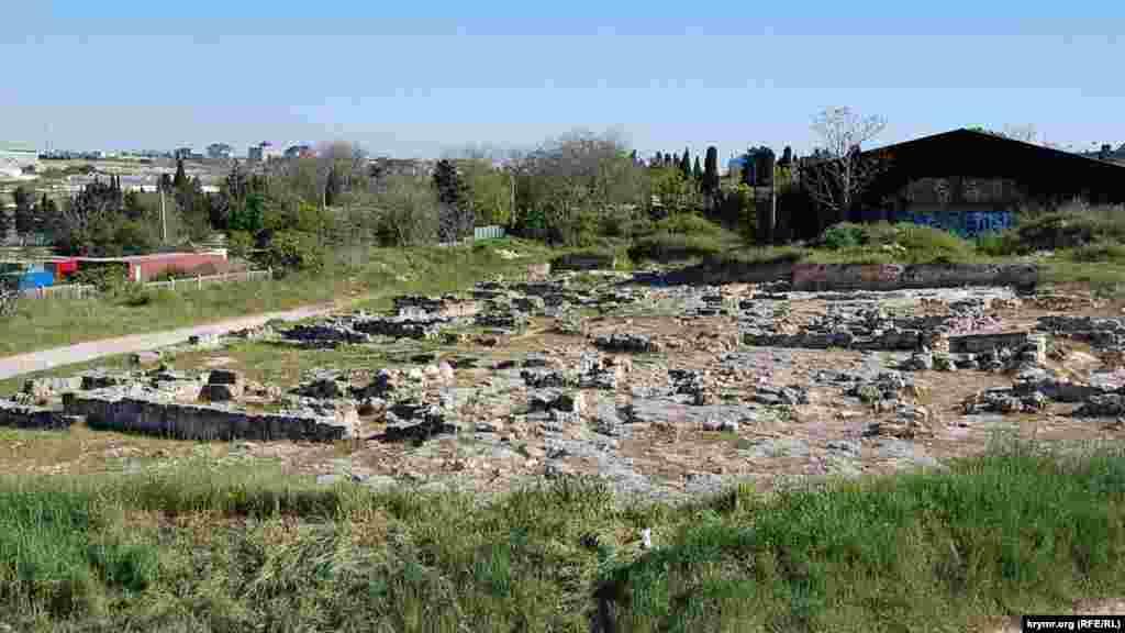 Руины древнего неолитического городища на берегу бухты Казачьей в Севастополе (апрель 2020 года)