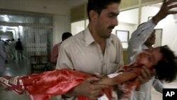 د بلوچستان مرکز کوټه کې په ځانمرګي بمی برید کې یوه ټپي شوې ماشومه روغتون ته وړل کېږي.دا برید د اختر په لومړی ورځ په عیدګاه کې شوی وو.۳۱م اګست ۲۰۱۱م کال