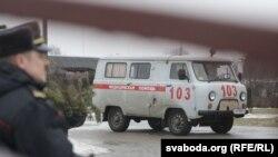 Хуткая дапамога каля школы №2 у Стоўпцах пасьля двайнога забойства, 11 лютага 2019 году